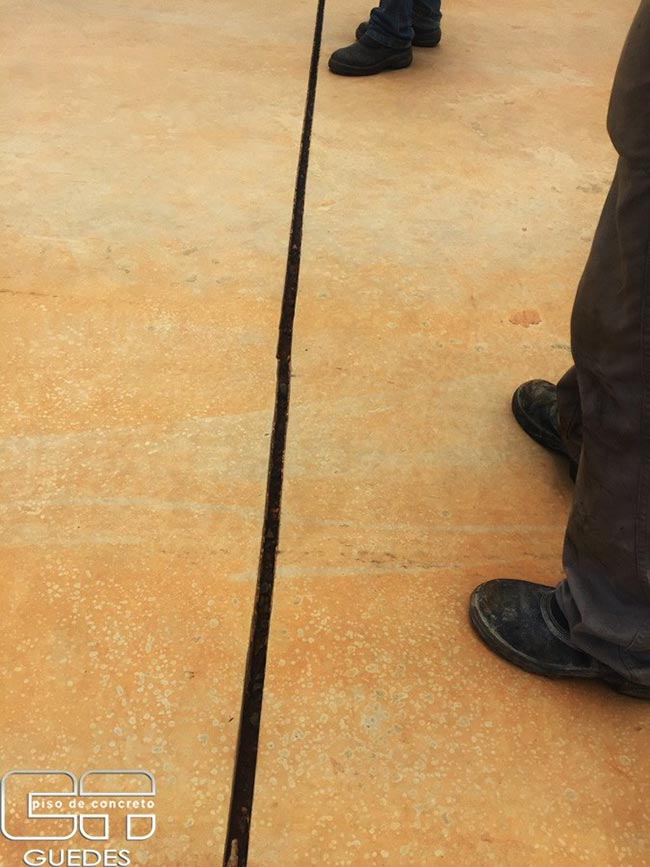 Junta de dilatação piso concreto